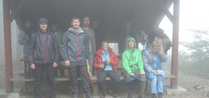 Super, nikto sa nestratil, nikto nezablúdil. Ešte zopár vrcholových fotiek , zopár kalíškov pravej slovenskej pálenky na zahriatie a pomaly sa môžeme pobrať naspäť na chatu.